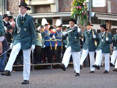 In Parade marschieren die Schützen in Korschenbroich