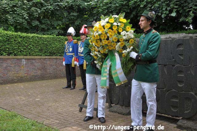 Kranzniederlegung am Ehrenfriedhof