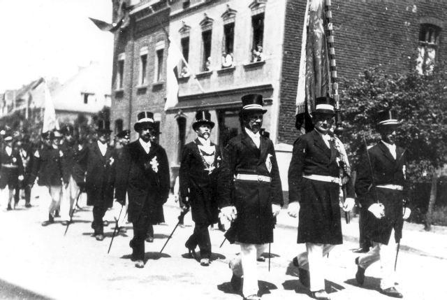 1930: Fahnengruppe mit Wilhelm Siegers, Peter Huppertz und Wilhelm Hennen, dahinter König Heinrich Bergheim