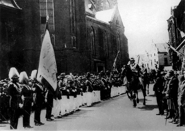 1929: Kreutzer Friedrich bei Abnahme der angetretenen Schützen.